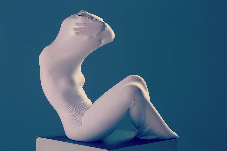 modella avvolta da un lenzuolo bianco che le modella il corpo